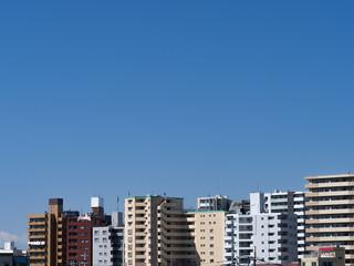 Fototapete - マンション街と青空