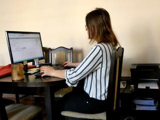 Fototapeta Kobieta  pracująca zdalnie w domu przed komputerem obraz