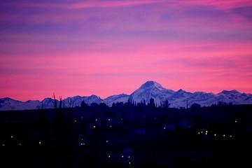Fototapeten Rosa Lovey Silhouette Landscape Against Scenic Sky
