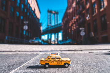 Fotomurales - Taxi model parked on the Washington street in Brooklyn, New York.
