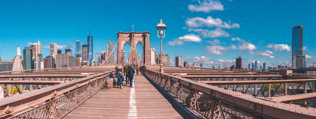 Fototapete - Panoramic view of the Brooklyn bridge with a Manhattan island view in the background.