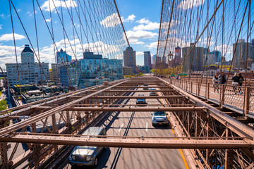 Fototapete - Traffic on the Brooklyn bridge with a Manhattan island view in the background.