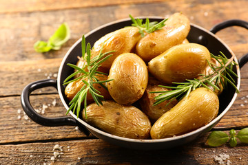 Fototapete - roasted potato with rosemary and salt