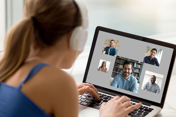 View over woman shoulder resting at home using computer, pc screen view diverse girls and guys chatting by video call enjoy distant communication. E-dating services modern tech for fun or work concept Papier Peint