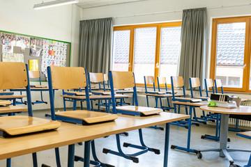 Schulschließung - Leerer Klassenraum in einer Schule
