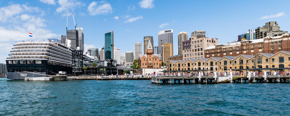 Sydney city centre view. Panoramic harbor photo with cruise ship and skyscrapers.  Fototapete