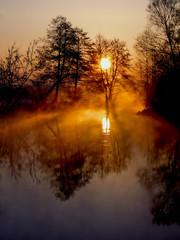 Fototapeta złocisty wschód słońca nad rzeką  obraz