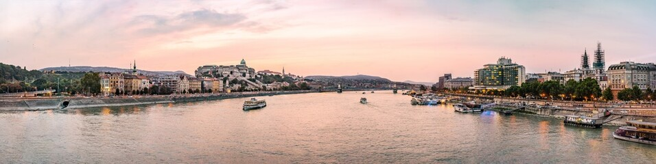 Colorful sunset over the Banks of the River Danube, in Budapest, capital city of Hungary Fototapete