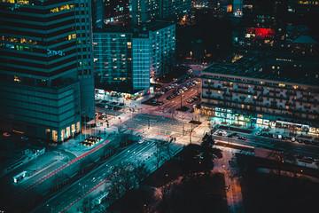 Fototapeta Nocny krajobraz  dużego miasta ulice i wieżowce widziane z góry  obraz