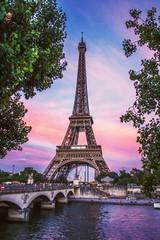 Eiffeltoren tegen lucht tijdens zonsondergang