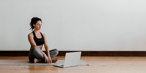 Online video guided yoga Papier Peint