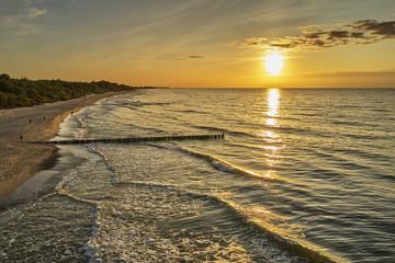 Fototapeta Widok z powietrza na zachód słońca nad Morzem Bałtyckim w Sianożętach obraz