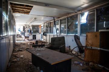 interior de gasolinera abandonada  Wall mural