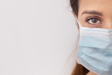 ritratto sterro di viso di donna con mascherina chirurgica protettiva