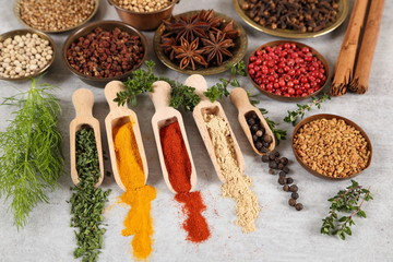 Fototapete - Spices in wooden spoon.