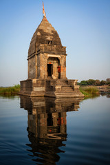 Fotomurales - Baneswar temple (Small Hindu temple dedicated to Shiva) in the middle of the holy Narmada River, Maheshwar, Madhya Pradesh state, India