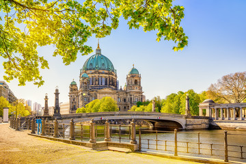the famous berlin cathedral at summer Fototapete