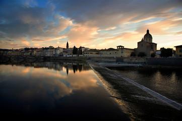 Veduta di Firenze che si specchia nel fiume Arno al tramonto