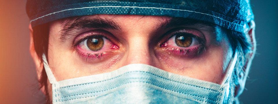 Medico piange dopo un turno nei reparti di terapia intensiva, coronavirus.