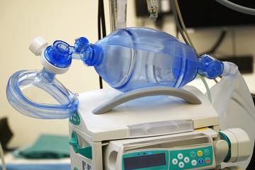 Beatmungsbeutel zur Beatmung von Patienten mit Lungenentzündung oder Pneumonie als Ersatz für ein Beatmungsgerät im Krankenhaus