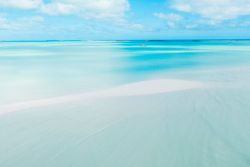Long white sand bank on Coco Plum Beach, Exuma, Bahamas, Caribbean Fotobehang