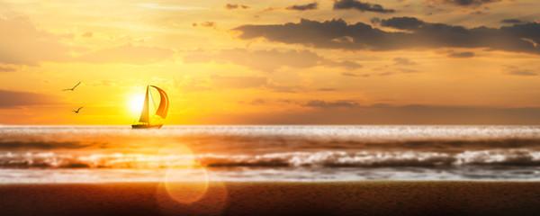 Foto auf Gartenposter Orange segelboot am horizont in der abendsonne