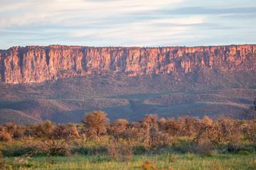 Paysage de rocher et de falaise du Waterberg en Namibie au couché du soleil