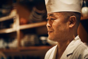 お客さんと会話をする笑顔の料理人