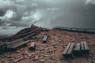 Fototapeta kamienisty szczyt góry Tarnicy przed burzą na tle zachmurzonego nieba obraz