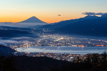 Wall Mural - 夜明けの富士山と諏訪湖、長野県岡谷市高ボッチ高原にて