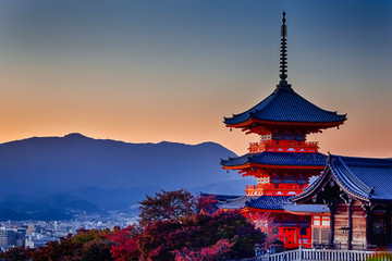Photo sur Aluminium Japon Japanese Heritage. Vivid Sunset Over Kiyomizu-dera Temple Pagoda With Traditional Red Maple Trees in Background in Kyoto, Japan.