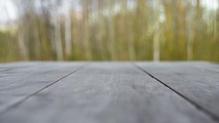 Obraz Biały stół na tle drzew - fototapety do salonu