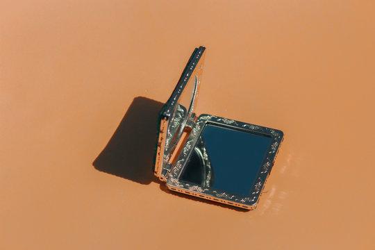 Imagen artistica con mini espejos de bolso para retocar el maquillaje