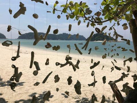 Windspiel / Schattenspiel am Strand von Pulau Pangkor, Malaysia