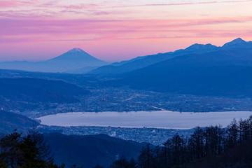 Wall Mural - 夕日に浮かぶ富士山と諏訪の街、長野県岡谷市高ボッチ高原にて