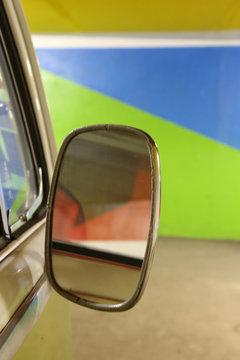 Combi vert pomme sur une place de parking.