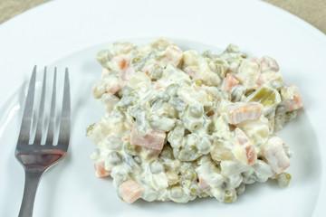 Wall Mural - macédoine de légumes à la mayonnaise dans une assiette