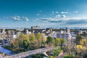 青空と雲と地方都市の街並み Fototapete