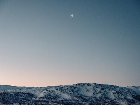 Mond am Abendhimmel über der Hardangervidda in Norwegen