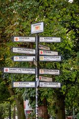 GDANSK, POLEN - 2017 AUGUST 25.Tourist signs with the name of cities. Odessa, Arhus, Kaliningrad, Brem, Vilnius, Rotterdam, St. Petersburg, Barcelona, Astana, Nika, Helsingor