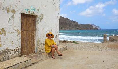 Papier Peint - mujer con sombrereo amarillo y vestido amarillo sentada casa playa mediterraneo almería  4M0A6600-as20