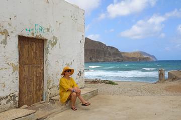 Papier Peint - mujer con sombrereo amarillo y vestido amarillo sentada casa playa mediterraneo almería  4M0A6602-as20