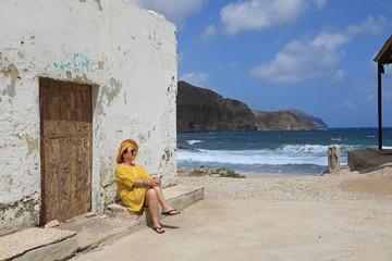 Papier Peint - mujer con sombrereo amarillo y vestido amarillo sentada casa playa mediterraneo almería  4M0A6611-as20