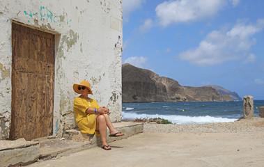 Papier Peint - mujer con sombrereo amarillo y vestido amarillo sentada casa playa mediterraneo almería  4M0A6616-as20