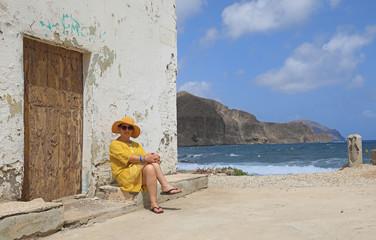 Papier Peint - mujer con sombrereo amarillo y vestido amarillo sentada casa playa mediterraneo almería  4M0A6618-as20