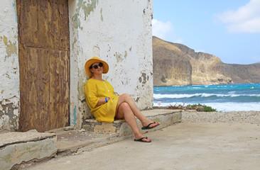 Papier Peint - mujer con sombrereo amarillo y vestido amarillo sentada casa playa mediterraneo almería  4M0A6635-as20