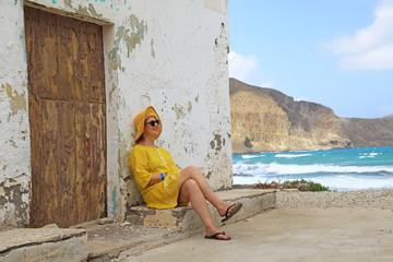 Papier Peint - mujer con sombrereo amarillo y vestido amarillo sentada casa playa mediterraneo almería  4M0A6640-as20