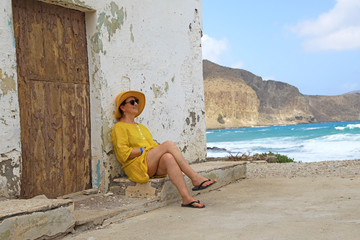 Papier Peint - mujer con sombrereo amarillo y vestido amarillo sentada casa playa mediterraneo almería  4M0A6643-as20