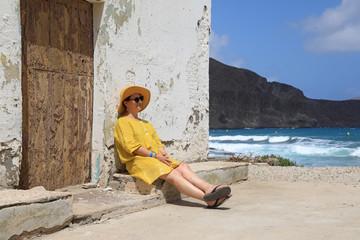 Papier Peint - mujer con sombrereo amarillo y vestido amarillo sentada casa playa mediterraneo almería  4M0A6669as20