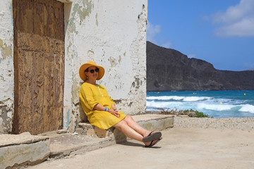 Papier Peint - mujer con sombrereo amarillo y vestido amarillo sentada casa playa mediterraneo almería  4M0A6670-as20
